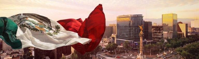 Mexiko als Wirtschaftsstandort - Flagge über der Stadt