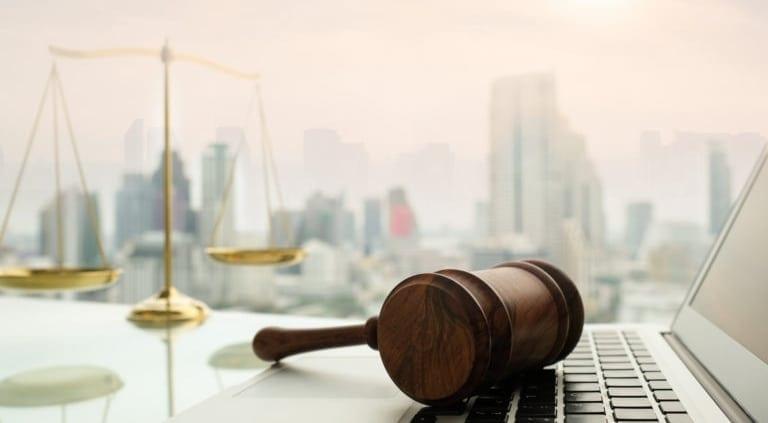 WMP Legal informiert mit dem Laptop in Mexiko